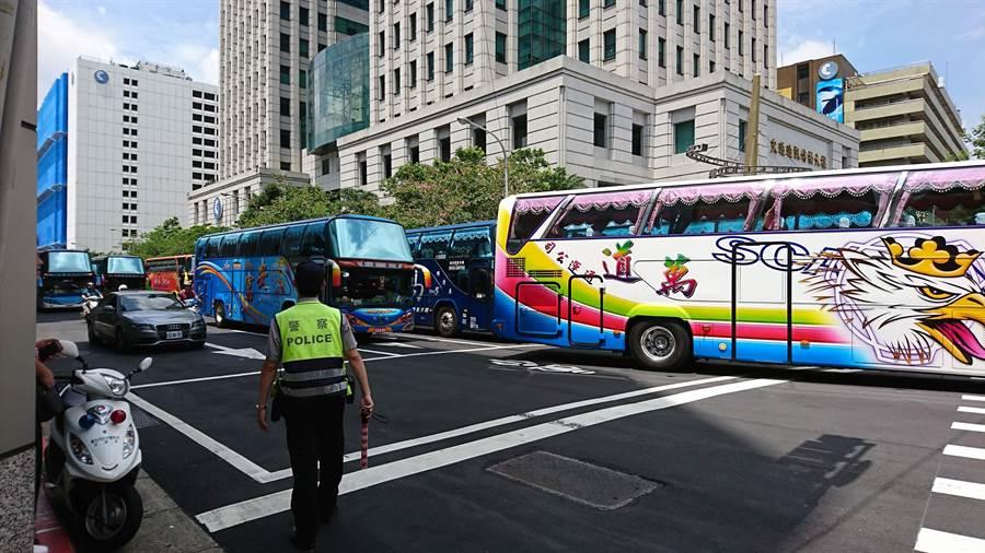 遊覽車準備開始癱瘓台北市區交通。(廖德修攝)