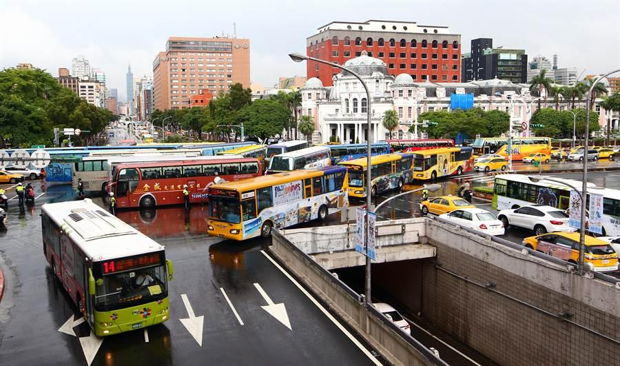 十餘輛遊覽車刻意停在忠孝東路與中山南路口,造成台北車站周邊交通大亂。(陳信翰攝)
