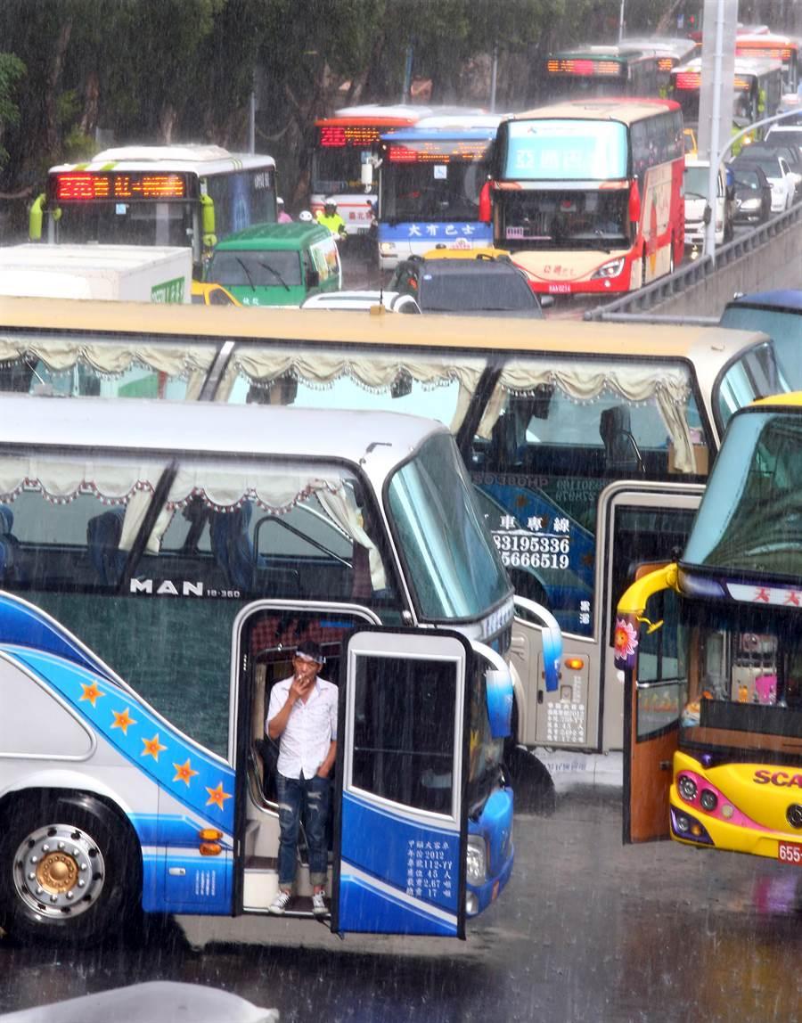 大雨加上十餘輛遊覽車刻意停在忠孝東路與中山南路口,台北車站周邊交通大亂。(陳信翰攝)