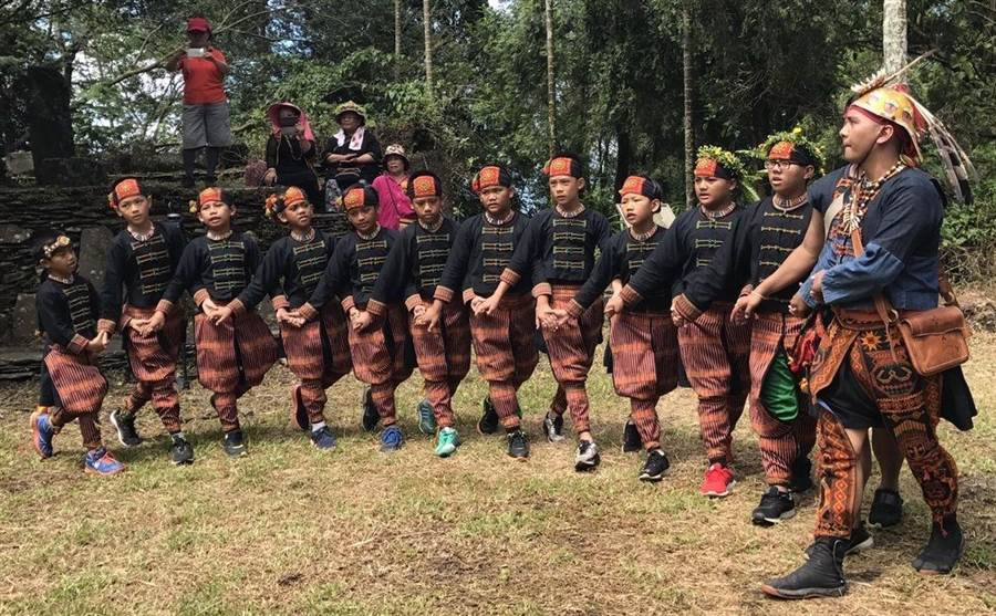 武潭國小佳平分校舉辦舊部落尋根之旅,中高年級學生回到舊部落演唱古謠《王族頌》。(潘建志攝)