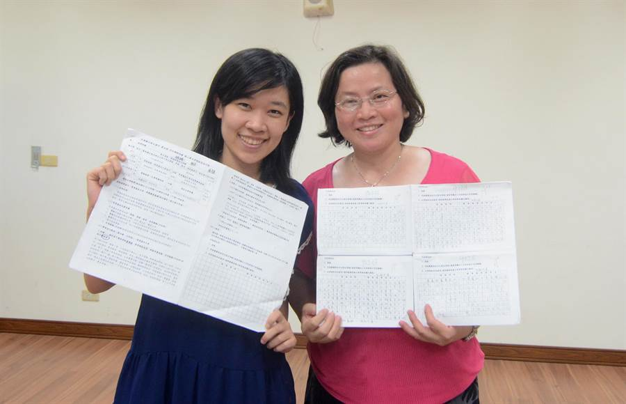 新生國中國文老師黃華梨(右)與黃柔瑜,推廣國文作文課程地圖,學生作文成績大幅提升。(黃力勉攝)