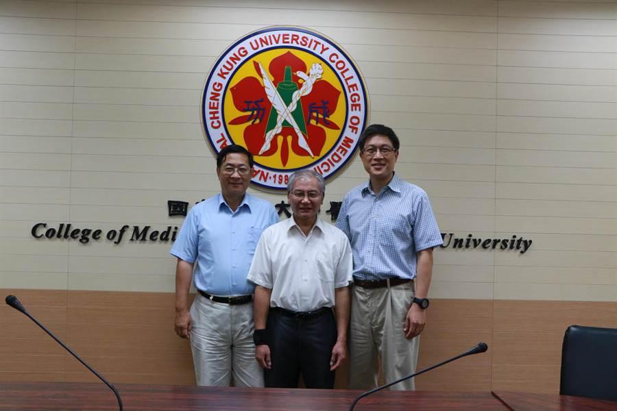 成大研究團隊研發可能治療阿茲海默的藥物,照片為研究人員司君一教授、張南山、郭余民教授(從左至右)。(成大提供)