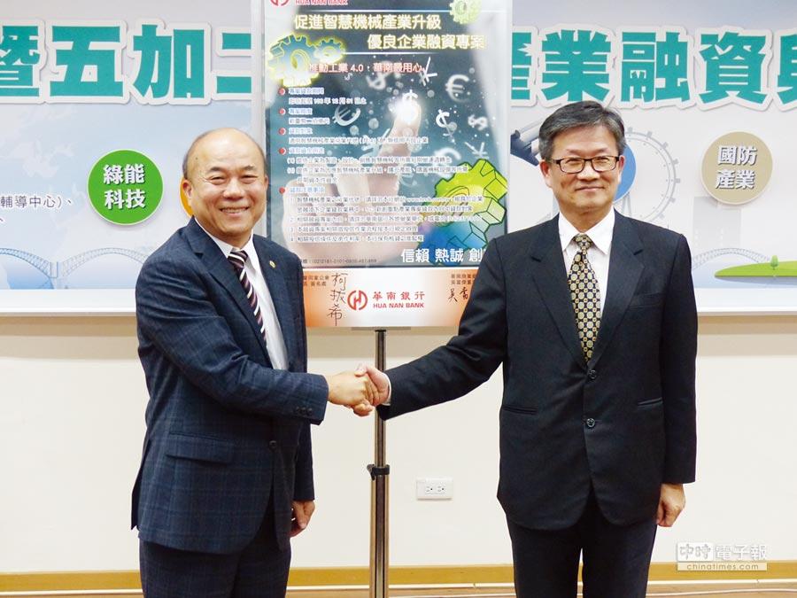 華南銀行董事長吳當傑(右)與臺灣機械公會理事長柯拔希(左)攜手推出200億元融資案,鼓勵國內機械業者朝智慧機械進軍。圖/莊富安