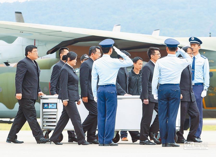 空軍12日出動兩架次C-130運輸機載送齊柏林等3名罹難者遺體自花蓮回到台北,圖為齊柏林遺體下飛機,松指部官兵列隊敬禮迎靈。(陳怡誠攝)