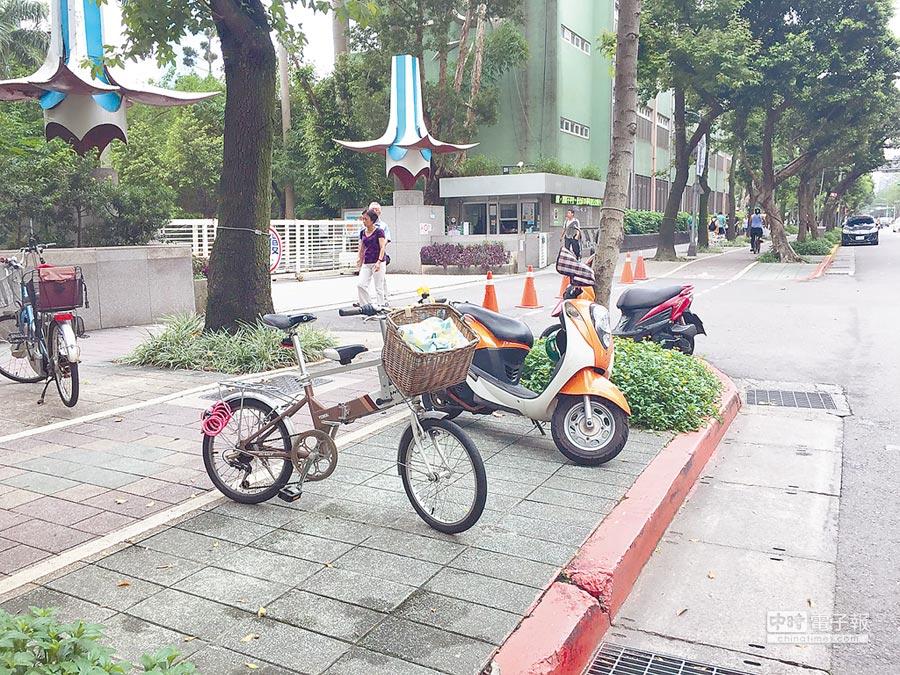 台北市議員何志偉發現,不少校門口周邊幾乎都畫設紅線,家長接送學童稍有不注意,就掉入罰單陷阱。(張立勳攝)