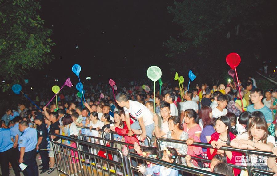 2015年7月16日晚,河南三門峽豫西大峽谷螢火蟲音樂節,放飛數萬隻人工飼養的活體螢火蟲。(中新社)