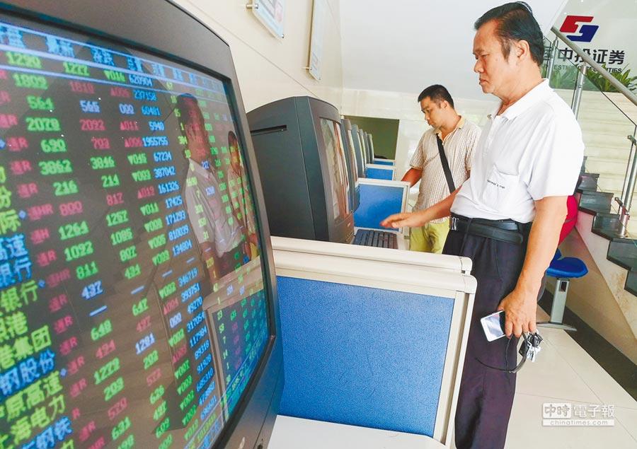 6月12日,滬指報3139.88點,跌幅0.59%,成交量1702億元人民幣。圖為海口股民關注股市動態。(中新社)