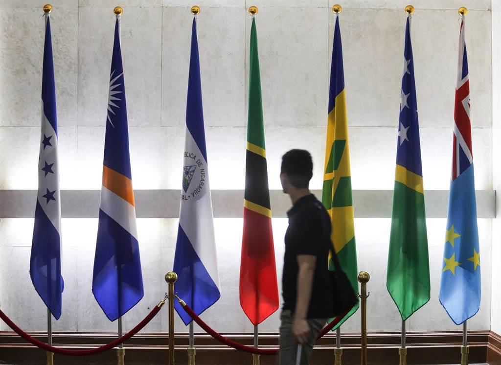 巴拿馬13日宣布與台灣斷交,並和中國建交,14日外交部大門口邦交國國旗區已經看不到巴拿馬國旗。(圖/中央社)
