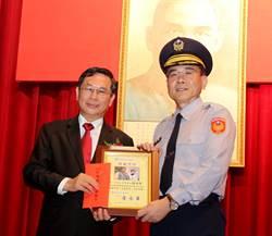 從警35年獲33次考績甲等 施增傑獲嘉義市模範警察