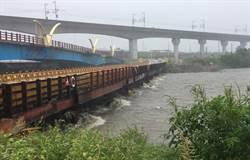 筏子溪水位漲 知高橋上游側臨時便橋視水位封橋