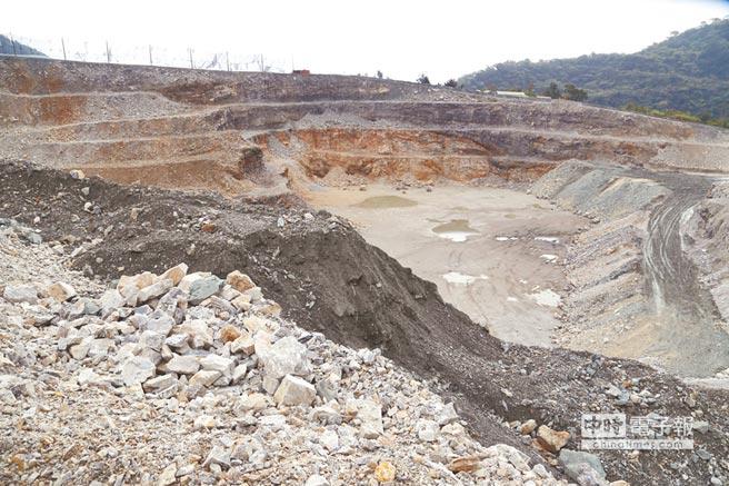 亞泥礦場深挖,亞泥董事長徐旭東表示,挖深是為避免挖寬,盡量減少影響生態。(圖/中央社)