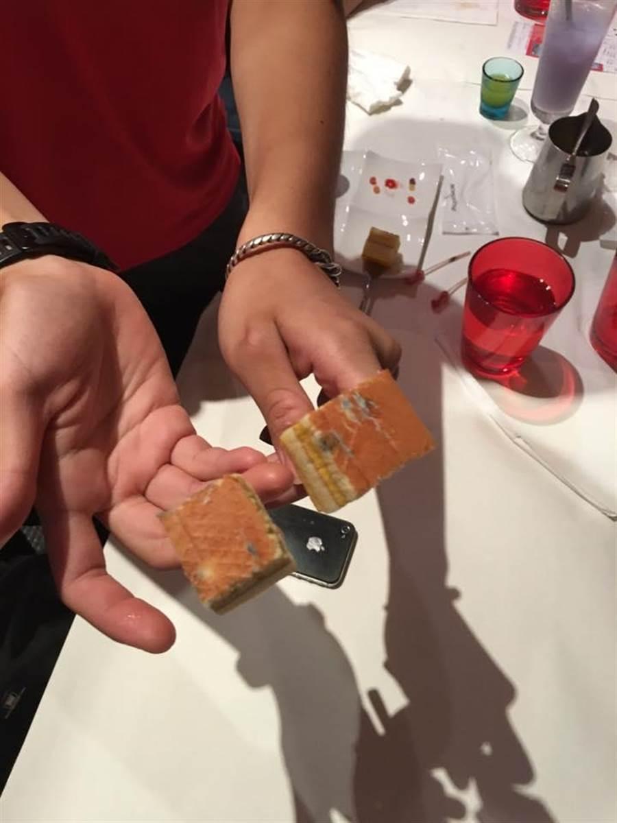 西堤牛排出包,遭控提供發黴蛋糕害得食客嘔吐。(引自「愛北大社群」臉書)