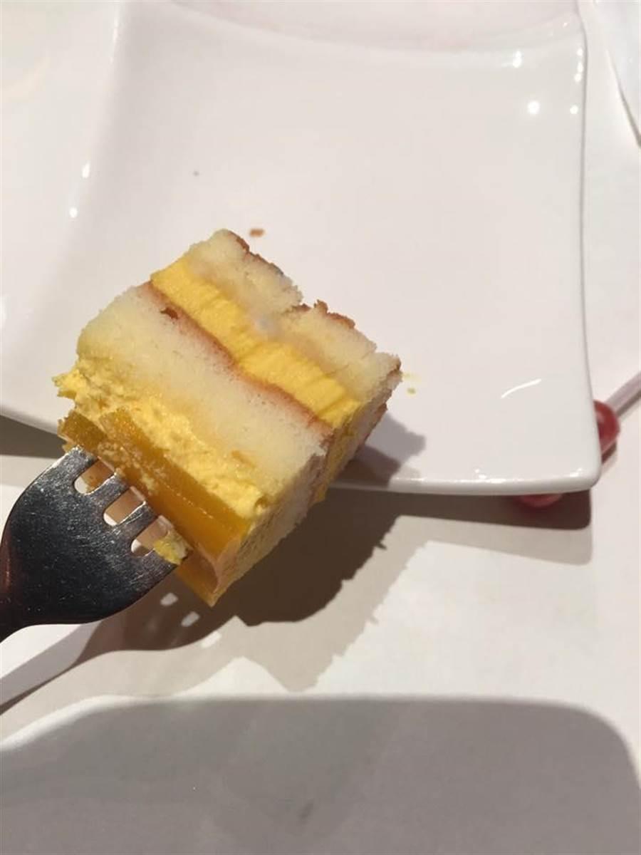 從照片中可以發現蛋糕已明顯發黴。(引自「愛北大社群」臉書)