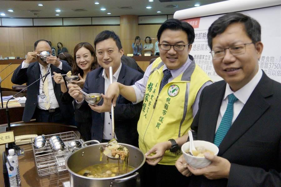 桃園市議員楊家俍(右二)準備菜尾湯讓備詢官員飽餐一頓,桃園市長鄭文燦(右一)表示,愛物惜物也是循環經濟。(甘嘉雯攝)