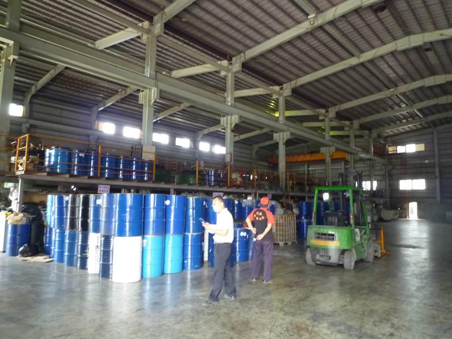 彰濱大鉦環保公司廠房堆放大量貯存有害事業廢棄物的鐵桶。(鐘武達翻攝)