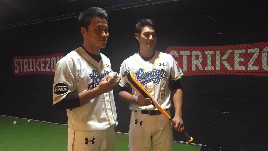 Lamigo桃猿王柏融(左)與詹智堯(右)今嘗鮮體驗「TRIKEZON」棒球室內模擬器。(周鎮宇攝)