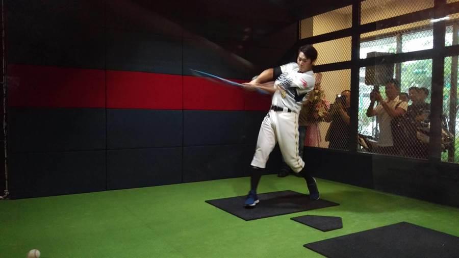 詹智堯今嘗試「TRIKEZON」棒球室內模擬器。(周鎮宇攝)