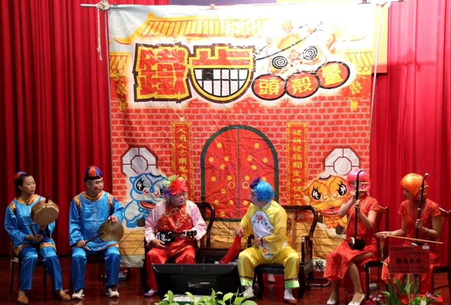 嘉義市警察局慶祝警察節,員警表演逗趣模仿秀短劇逗樂大家。(廖素慧攝)