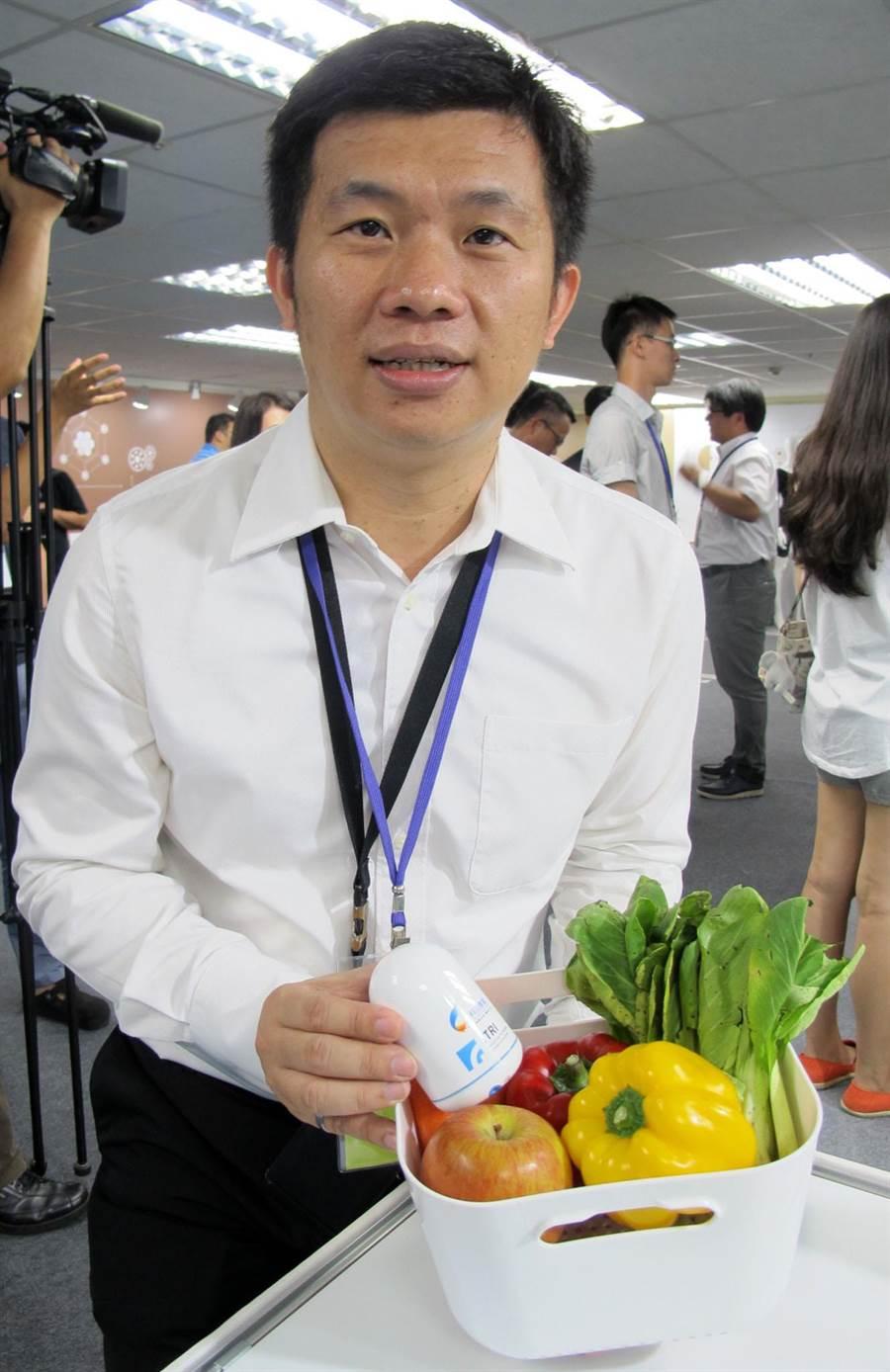 工研院研發的「隨手型智慧蔬果農藥檢測器」(白色)可以測出蔬果是否有農藥殘留。(呂素麗攝)