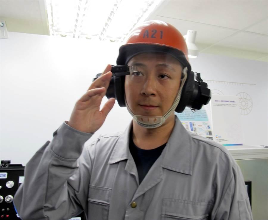 資策會與中鋼、國內智慧眼鏡業者合作開發的「智慧眼鏡頭盔」,14日起在工研院科專成果南台灣企業周中展出。(呂素麗攝)
