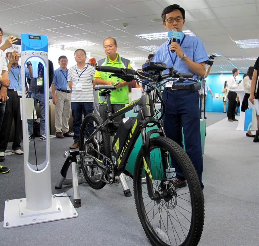 工研院研發的「智慧電動輔助自行車」,可以預警路況,摔車時可以緊急防護通知。(呂素麗攝)