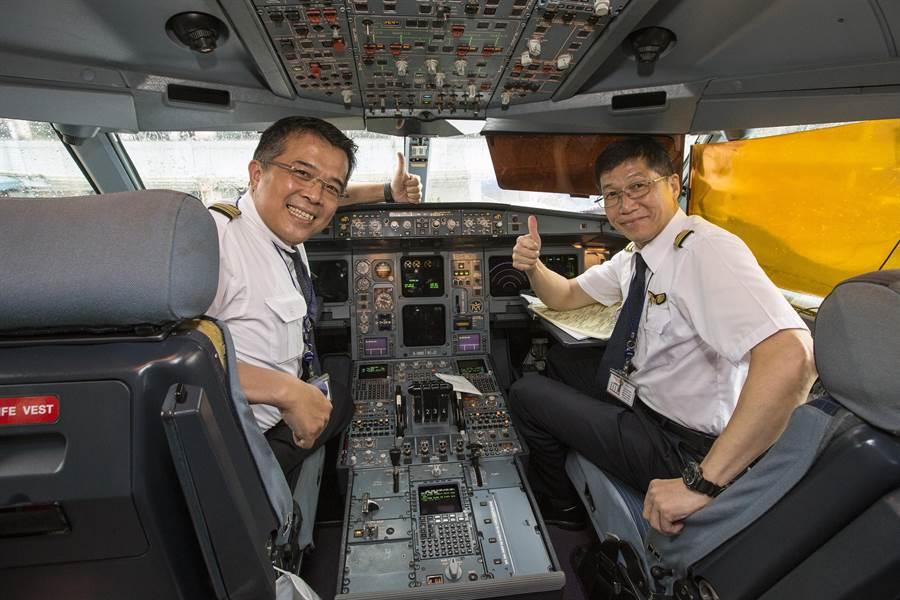 最後一趟飛美封存任務的總機師王文志(左)與機師劉樹金(右)。(陳麒全攝)