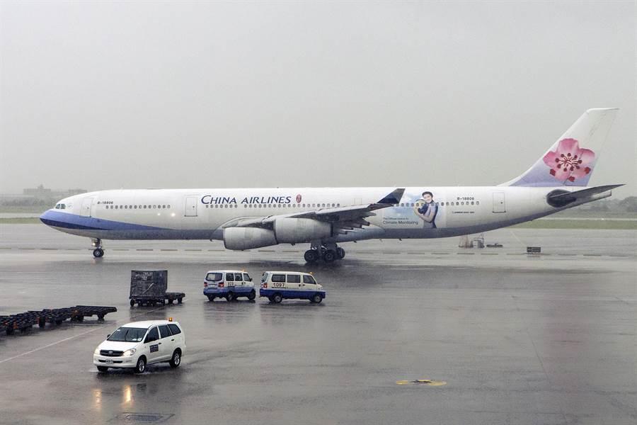 華航最後一架A340-300航機編號B-18806,14日從桃園機場飛渡美國封存,宣告華航A340機隊全數除役。(陳麒全攝)