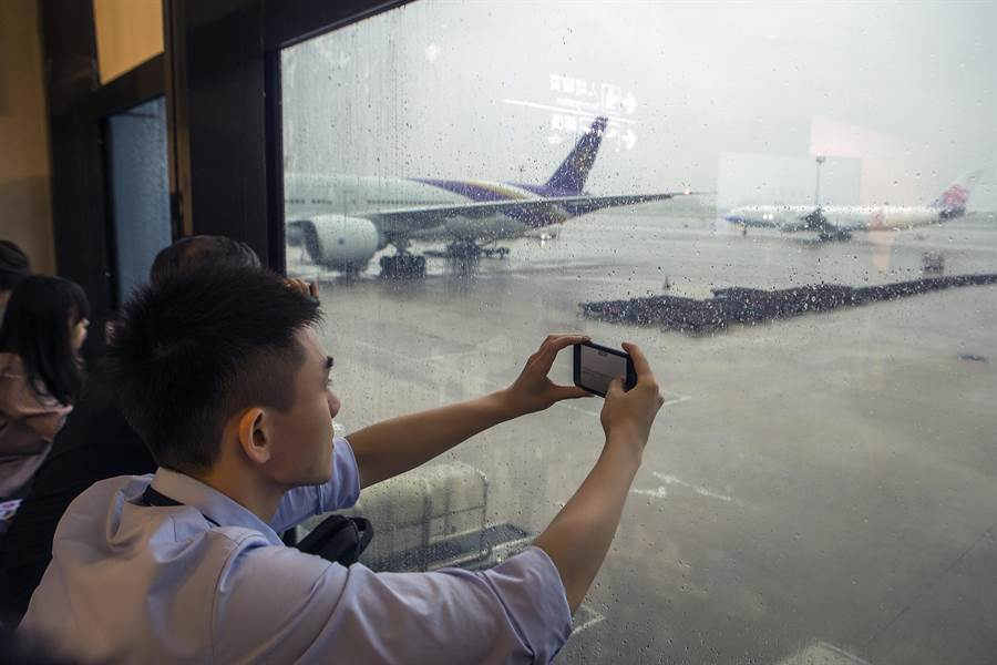 華航員工在飛機後推時,在窗前拍下A340最後身影。(陳麒全攝)