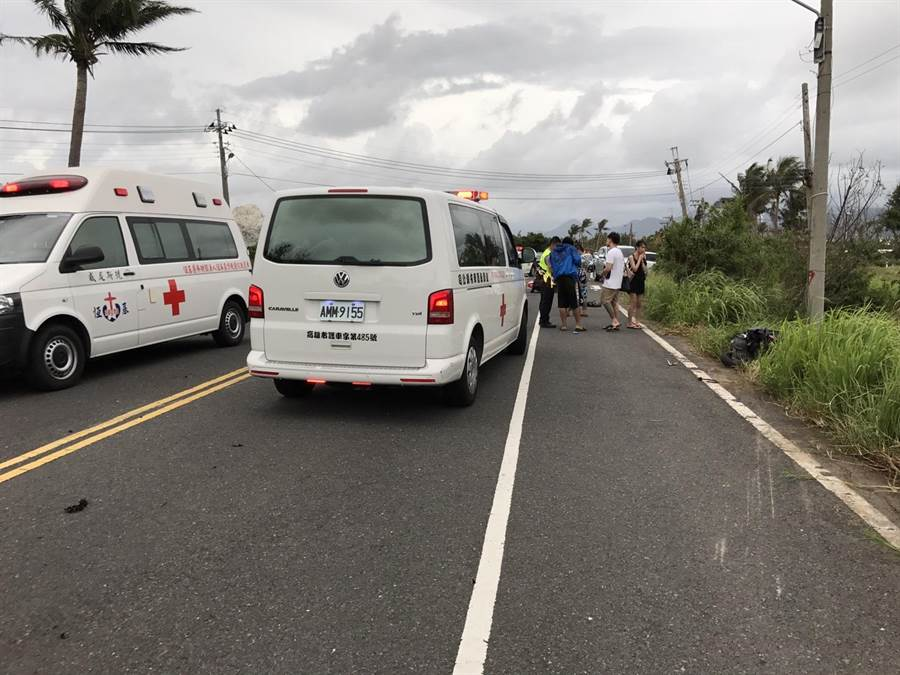 警消人員將6名被撞倒的騎士與乘客送院。(周綾昀翻攝)