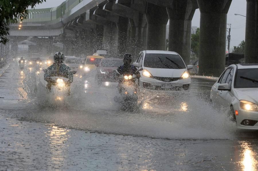 第二波梅雨鋒面報到,台中市今日下了一整天的雨,市區道路多處積水,疾駛的汽機車忽遇水坑,就得繞道,或涉水而過,鄰車濺起的水花也嚴重影響視線,讓市區駕駛險象環生。( 圖文:黃國峰)