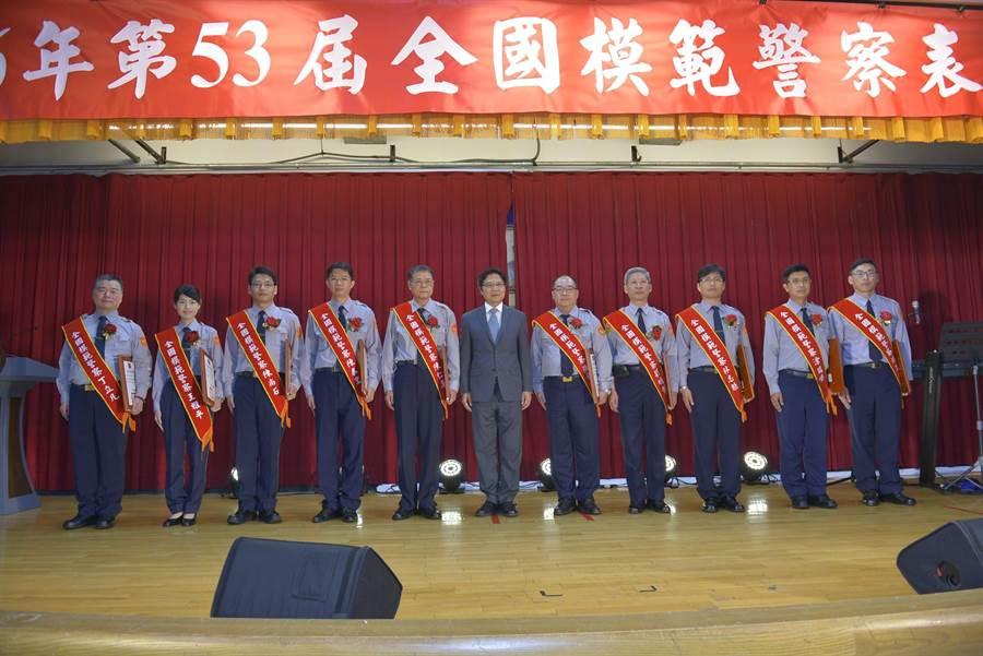 內政部長葉俊榮(中)晚間至警政署提前表揚全國模範警察,合影留念。(警政署提供)