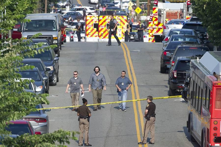 美國維吉尼亞州的亞歷山得利亞市發生球場槍案,警局大批警力戒護在棒球場周圍。行兇者為一白人男性,已遭逮捕。(圖/美聯社)