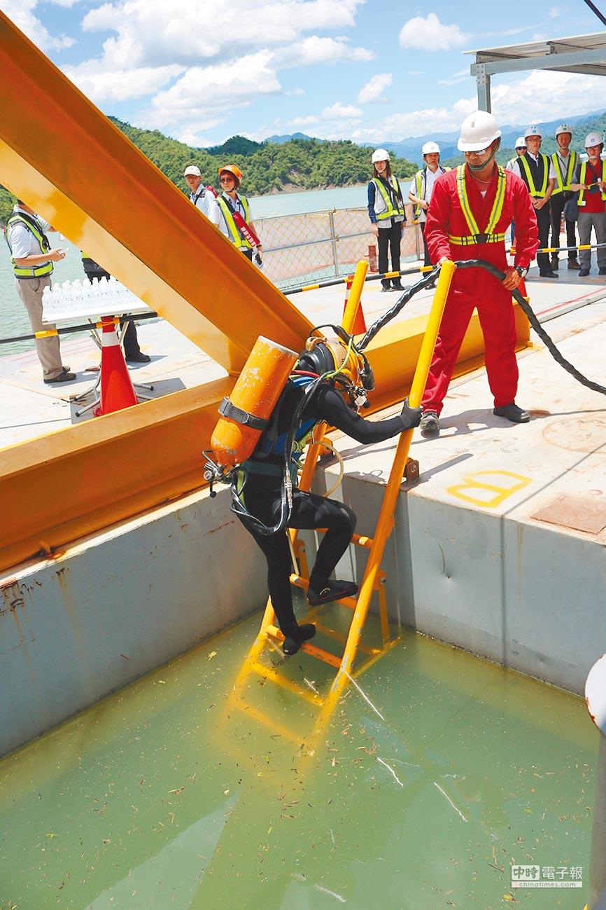 曾文水庫防淤隧道工程,須由潛水夫下水安檢。(萬于甄攝)