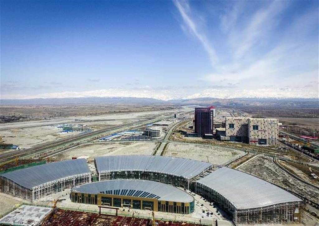 圖為中哈霍爾果斯國際邊境合作中心,這裡是集商貿洽談、商品展示銷售、倉儲運輸、金融服務等多種功能於一體的綜合貿易區。(圖/新華社)