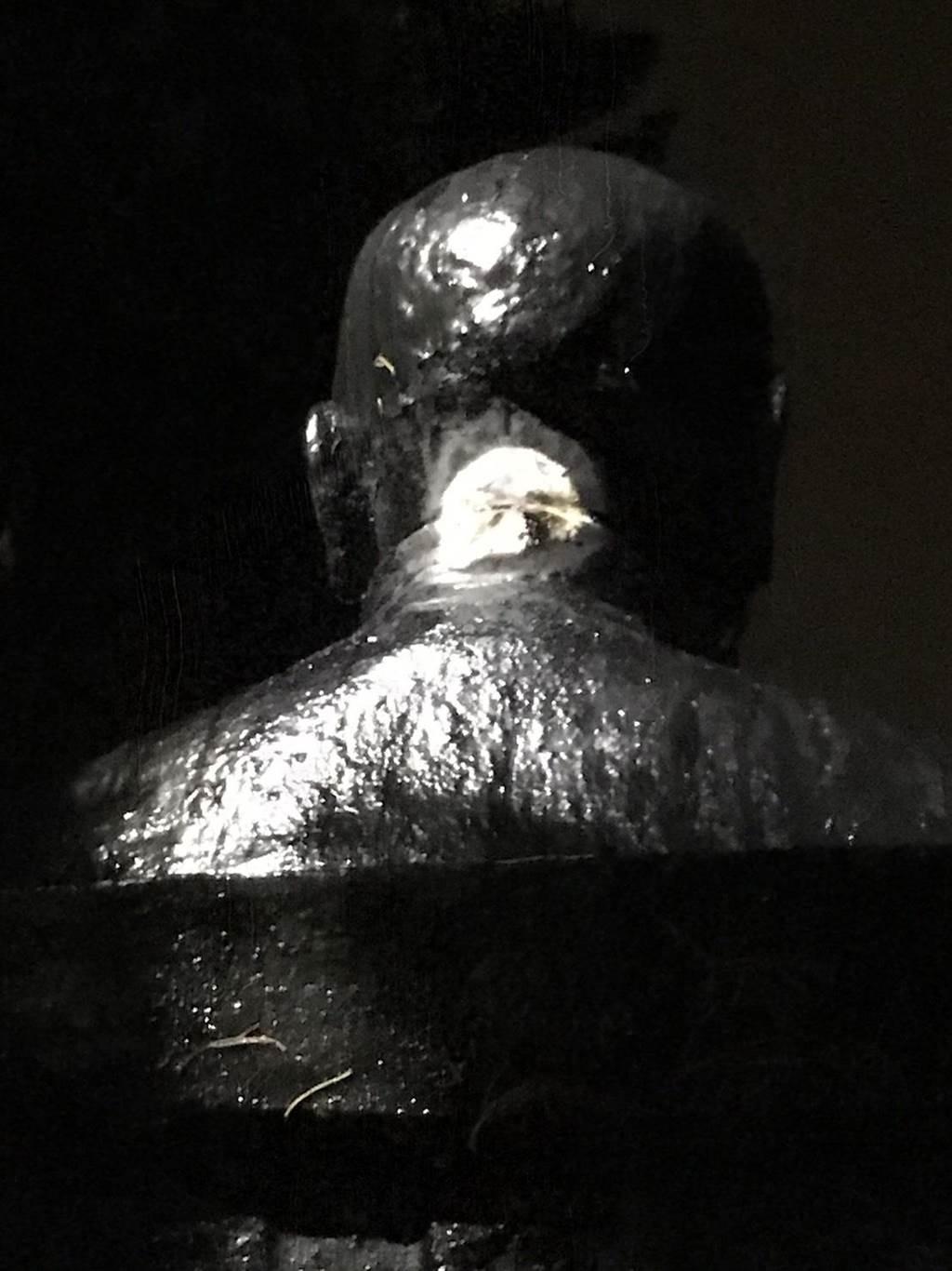 陽明山光復樓前的蔣公頭像日前遭斬首,才剛接回去,還看得出切割的痕跡。昨天晚間10點半,郭姓、林姓2男子以高溫焊接噴槍,想要以火焰融化銅像頸部切割頭部。(李文正翻攝)