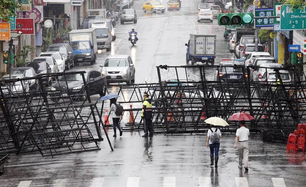 反年改團體號召民眾走上街頭到立法院外抗議,警方在立法院周圍架起拒馬管制交通因應。(姚志平攝)