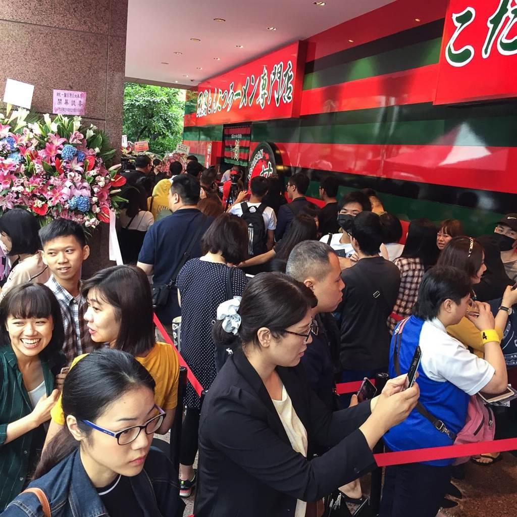 一蘭台灣開幕現場清早湧現排隊人潮。(鄧博仁攝)