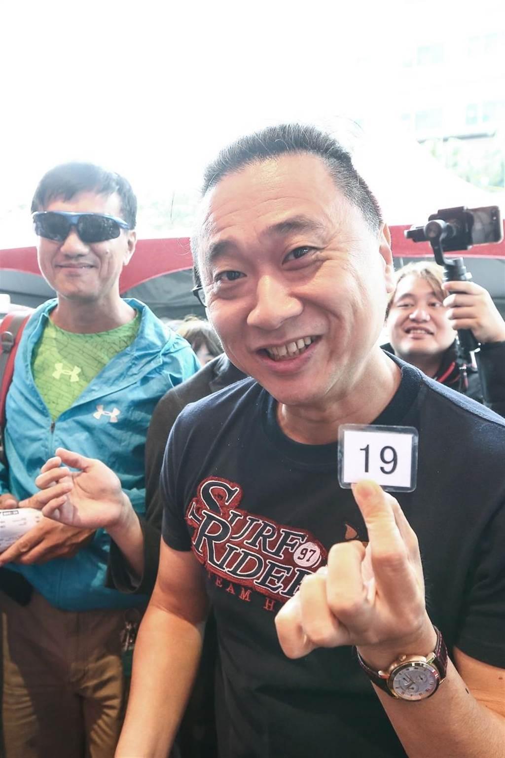 藝人邰智源搶跟風,搶下號碼牌19號優先品嘗美味拉麵。(鄧博仁攝)