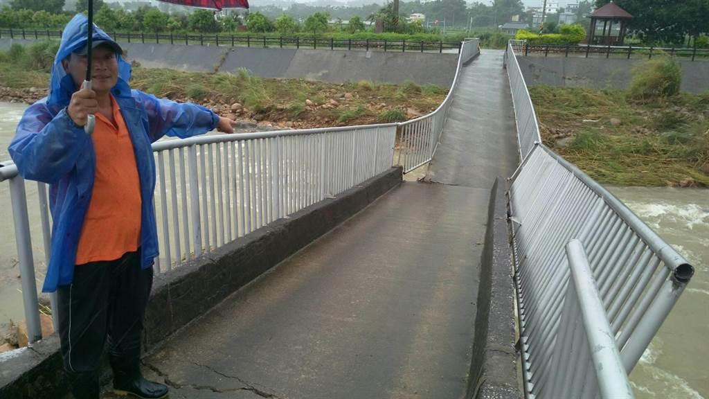 苗栗縣銅鑼鄉竹森一座橋梁,因豪雨沖刷斷裂。(陳慶居攝)