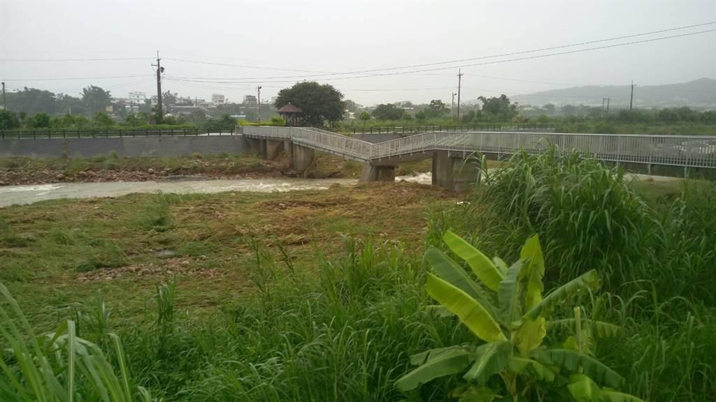 橋梁因豪雨沖刷斷裂,附近居民必須暫時繞道通行。(陳慶居攝)