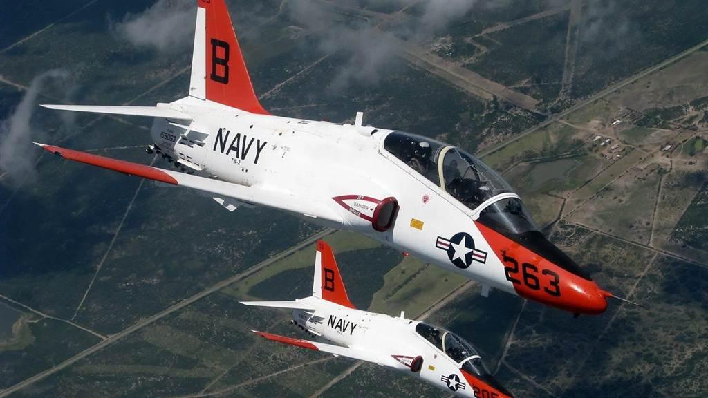 美國海軍飛行員都從T-45教練機學習進階的飛行技巧,因此T-45停飛將擔誤飛行員的養成。(圖/vehicleswallpapers)