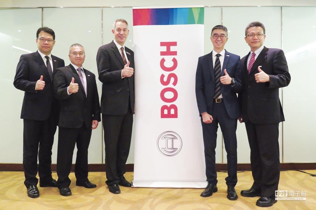 Bosch Sensortec總經理黃維祥(左起)、台灣博世汽車零件售後服務市場總經理王展全、執行董事白邦德、原廠汽車零件銷售部門總經理楊建新、台灣博世力士樂工廠自動化協理陳俊隆。圖/業者提供
