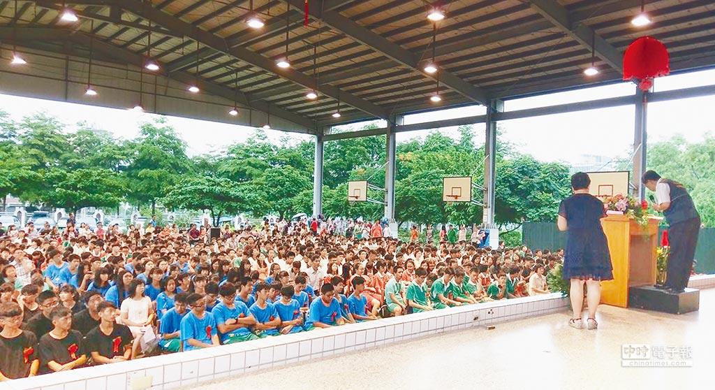 台中市原縣區部分國中,昨日在有風有雨的操場舉行畢業典禮;學生家長只能撐傘、穿雨衣在場外觀禮!(陳世宗翻攝)