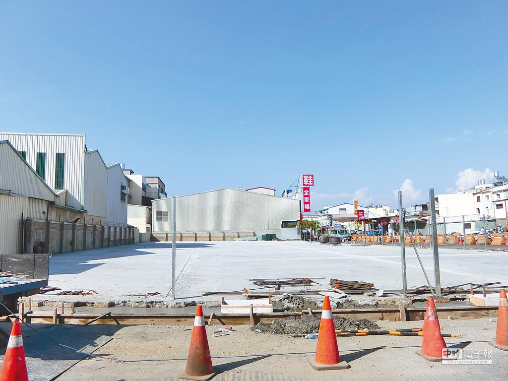 維冠大樓倒塌後夷為平地,隨著今天將正式挖除地下室,宣告重建先期工程起步。(曹婷婷攝)