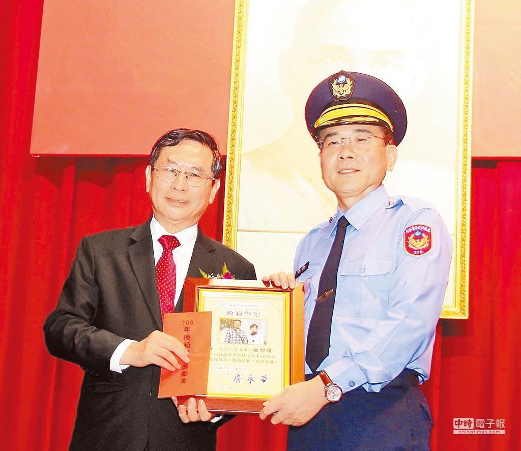 嘉義市長醒哲(左)頒獎表揚模範警察施增傑。(廖素慧攝)