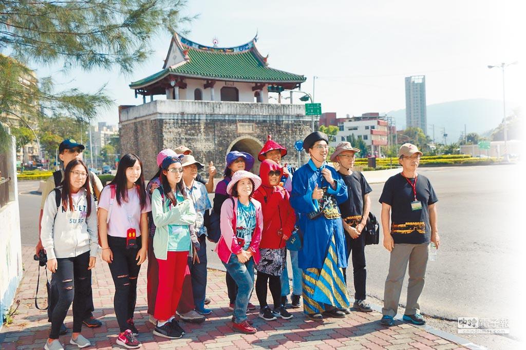 見城一日遊行程,專業優質導覽員穿著清朝官服,深入淺出的說明,引領著遊客進入左營舊城文化場域。(高史博提供)
