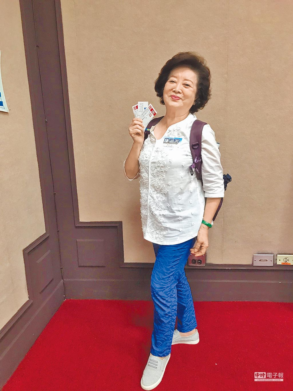 陳淑芳年近80但愈活愈年輕,外出標準配備是揹雙肩背包。(林淑娟攝)