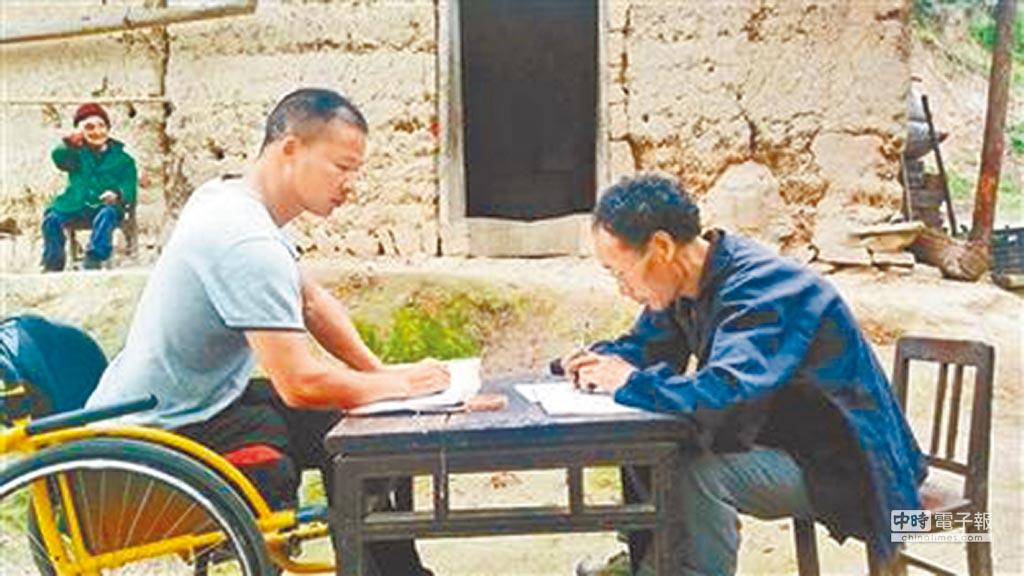 陝西紫陽縣創客朱忠乾(左)和養蜂農家商談土蜂蜜收購事宜。(取自鳳凰網)