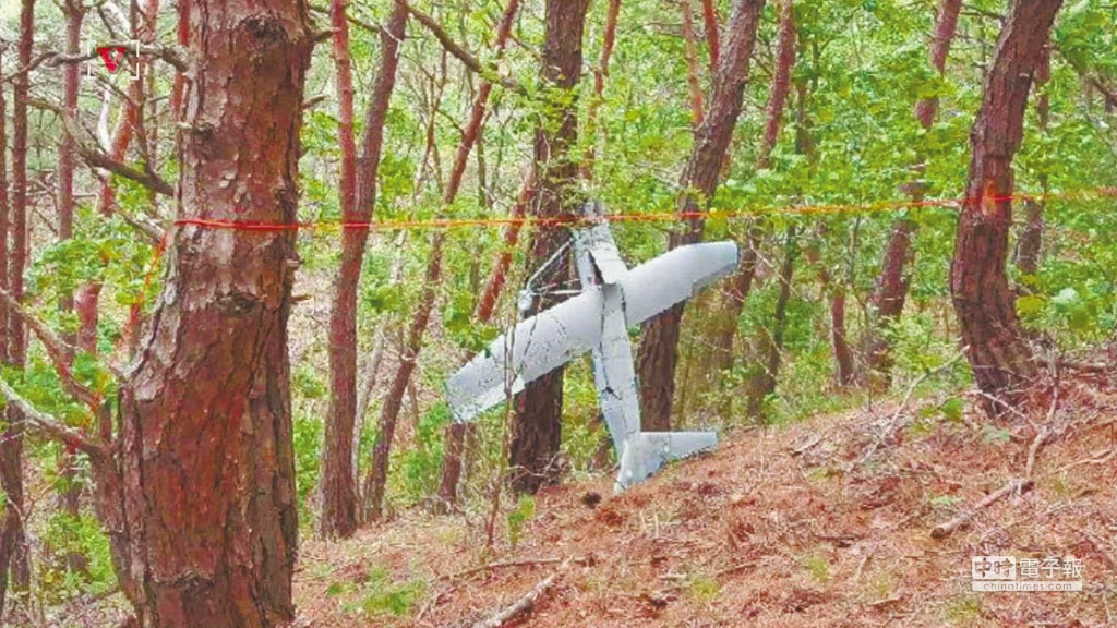 南韓江原道麟蹄郡山裡發現一架墜毀的北韓無人機。(取自東網)