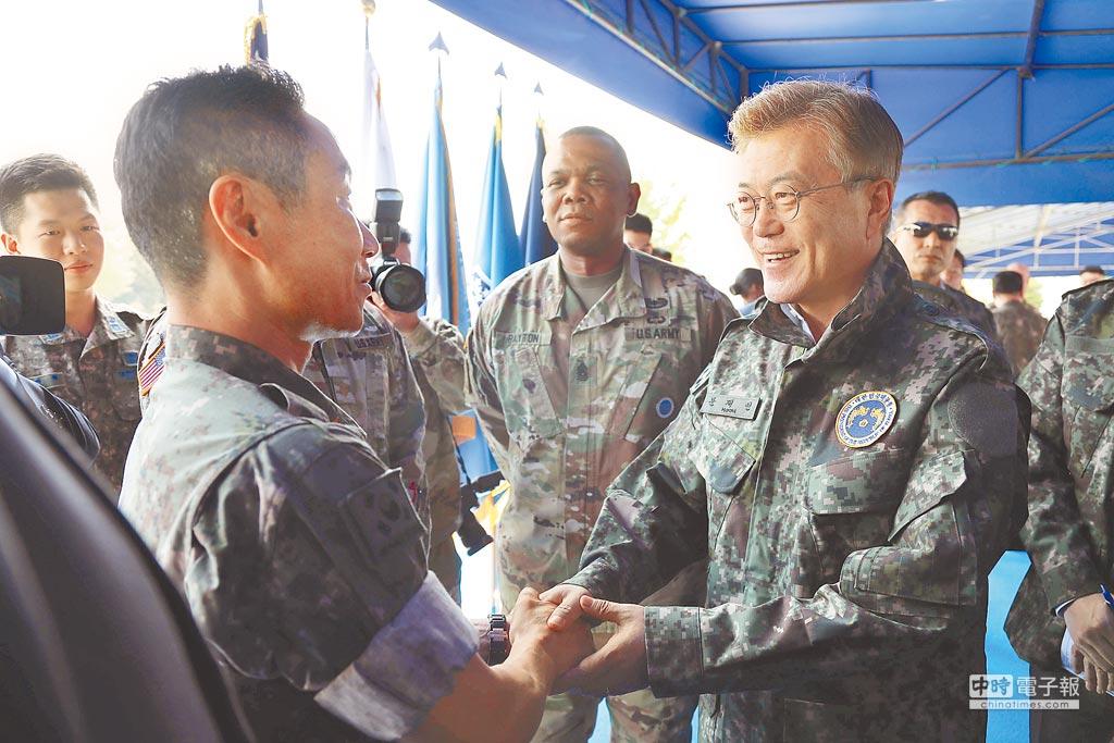 南韓總統文在寅(右)13日巡視韓美聯合司令部。(新華社)